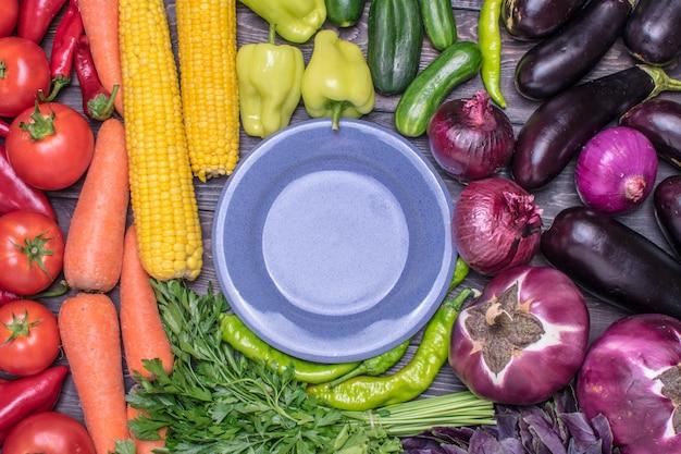 Um arranjo de mesa de frutas e legumes frescos classificados por cores