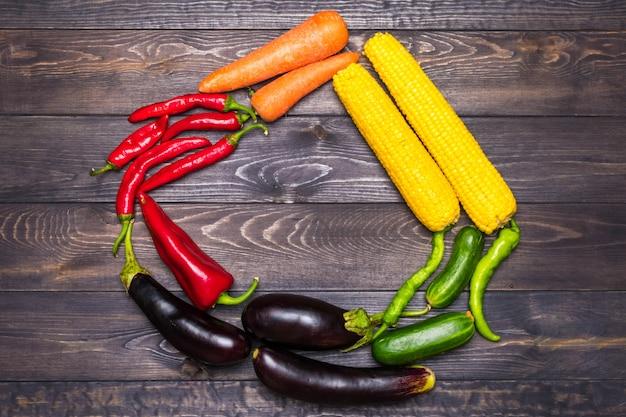 Um arranjo de mesa de uma variedade de legumes frescos