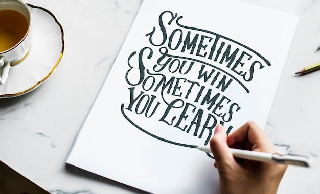 Um artista criando arte para letras à mão