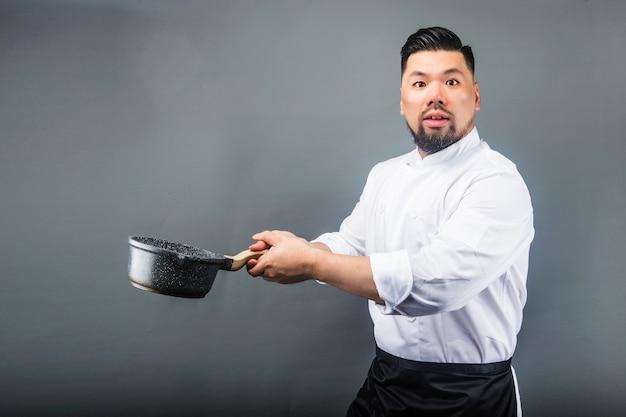 Um asiático macho cheff