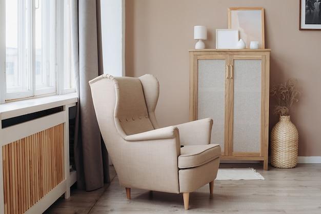 Um assento de janela almofadado luxuoso em uma cor bege suave em um interior pastel claro.