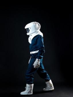Um astronauta anda em condições de baixa gravidade. o herói da história de ficção científica é um pioneiro da exploração espacial. um jovem em um traje espacial