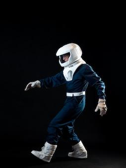Um astronauta caminha em condições de baixa gravidade, o herói