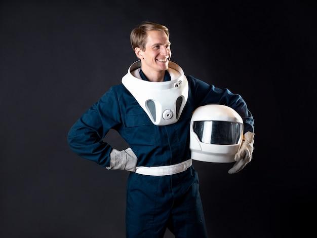 Um astronauta em um traje espacial está pronto para o lançamento