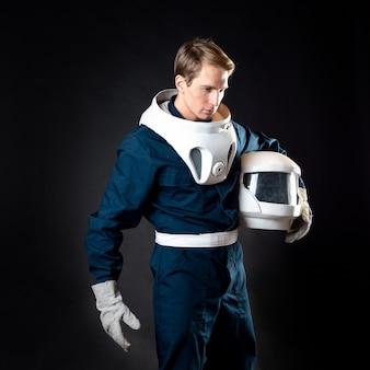 Um astronauta em um traje espacial está pronto para o lançamento.