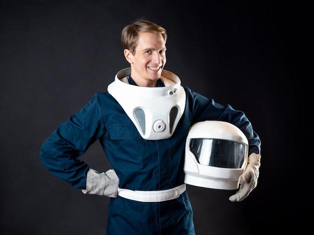 Um astronauta ou um turista espacial, um jovem em um traje espacial