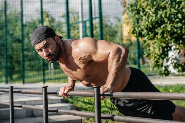 Um atleta de fitness treina em um campo de esportes. estilo de vida saudável