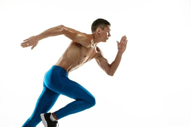 Um atleta masculino profissional, caucasiano, treinando isolado no branco