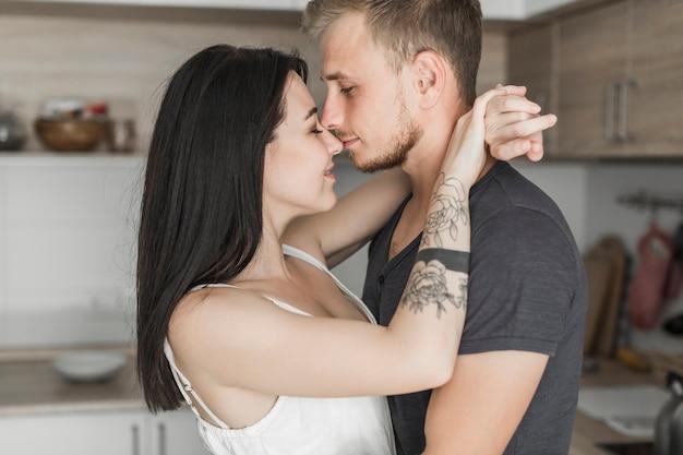 Um, atraente, par jovem, amando, abraçar, um ao outro