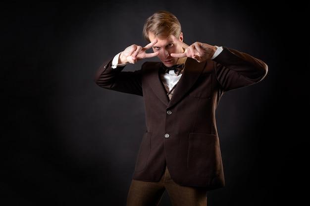 Um aventureiro, um personagem de uma história estilo steampunk. cavalheiro inteligente no estilo vitoriano. terno retrô vintage, jovem atraente de colete e gravata borboleta