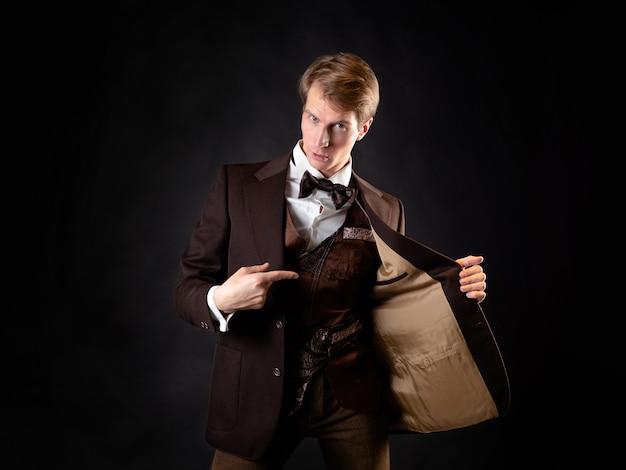 Um aventureiro, um personagem de uma história estilo steampunk, um cavalheiro inteligente