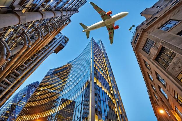 Um avião a jato voando sobre a cidade