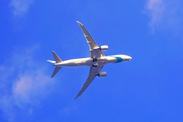 Um avião comercial contra o céu azul. avião comercial no céu azul.
