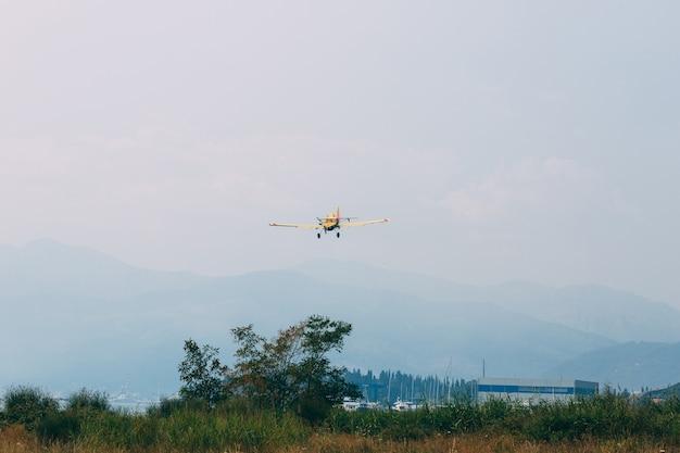 Um avião da equipe do céu voando no céu azul claro