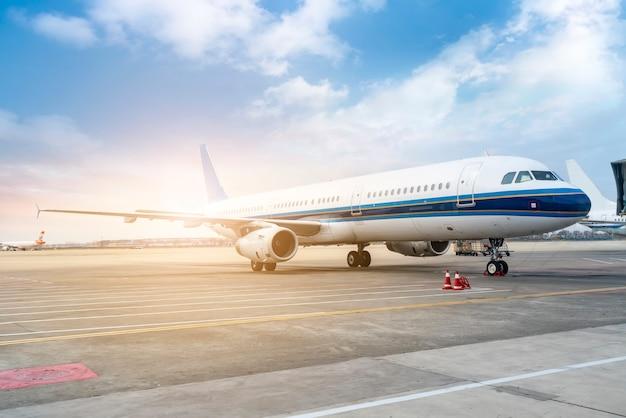 Um avião de passageiros no avental da pista de decolagem