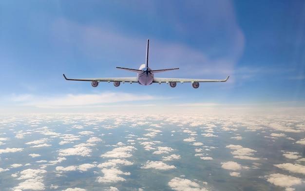 Um avião de passageiros voa no céu, viagem, destino, jornada