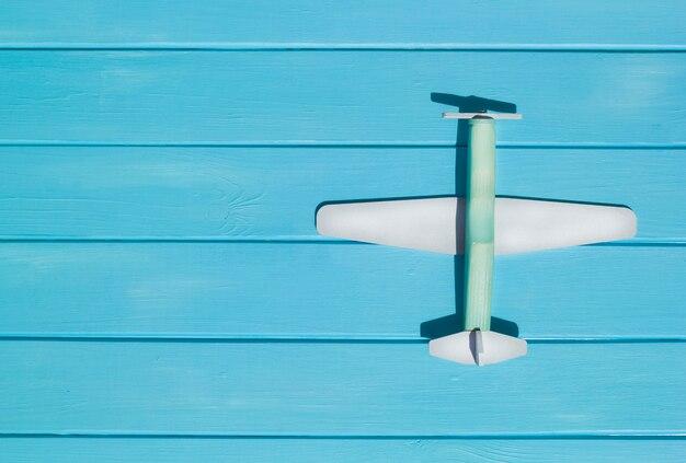 Um avião em placas de madeira turquesa. bilhetes de cruzeiro. vista do topo. copie o espaço.