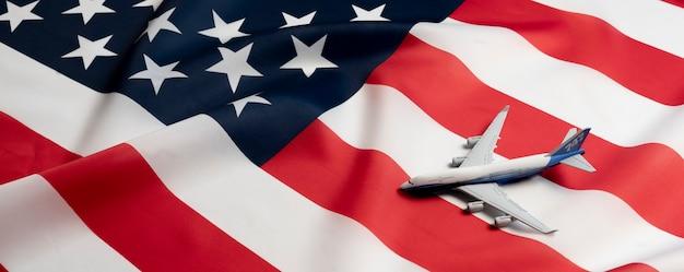 Um avião na bandeira dos eua como símbolo do transporte de passageiros