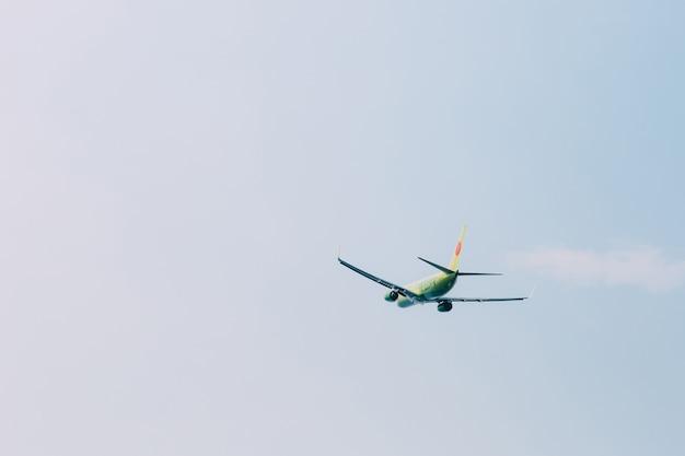 Um avião voando no céu azul claro