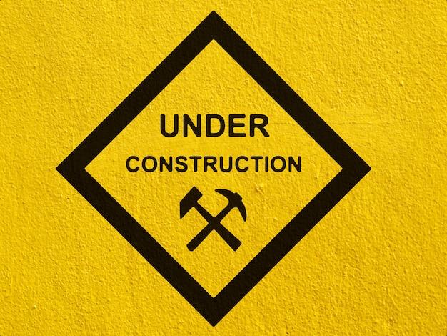 Um aviso de tráfego de veado preto pintado em uma parede de estuque fora