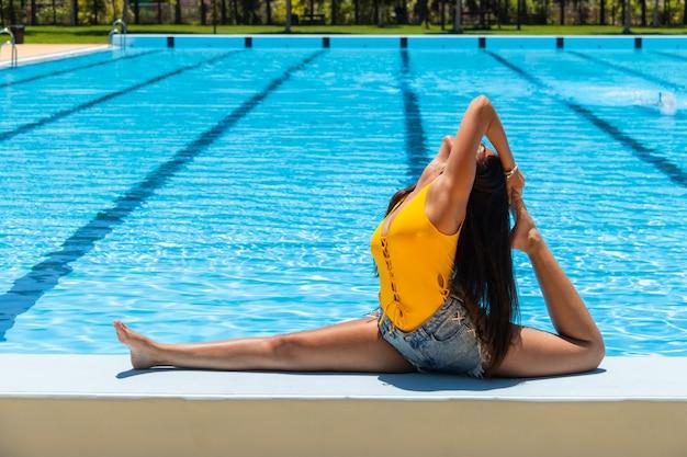 Um bailado praticando da menina na piscina.