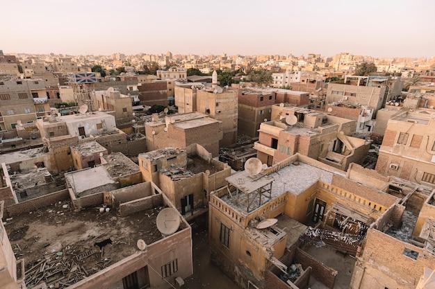 Um bairro desfavorável para a população pobre da cidade velha. galpões nos telhados das casas.
