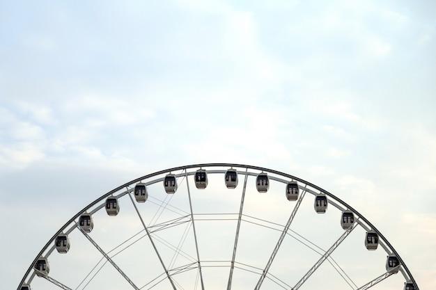 Um balanço do círculo com céu e espaço em branco para o espaço da cópia.