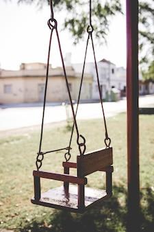 Um balanço vazio em um playground. swing sozinho em um parque do bairro.