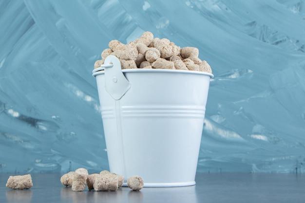 Um balde cheio de cereais crocantes de centeio.