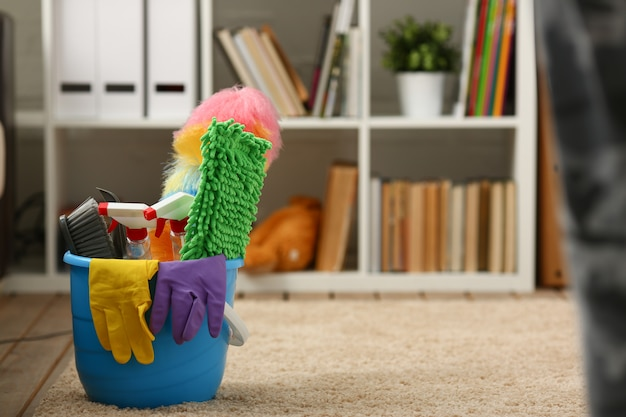 Um balde com equipamentos de limpeza
