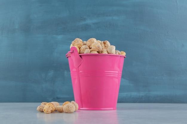 Um balde rosa cheio de deliciosas frutas secas.