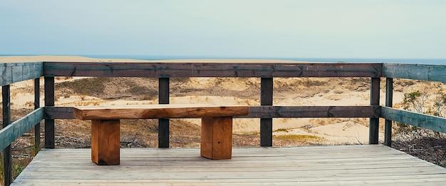Um banco vazio perto do mar.