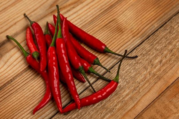 Um bando de red hot chili peppers em uma placa de madeira. fechar-se. espaço para texto.