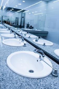 Um banheiro público moderno e elegante
