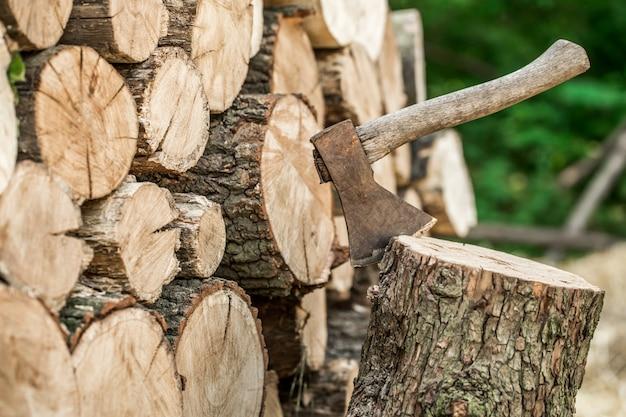 Um baralho de troncos empilhados e um machado