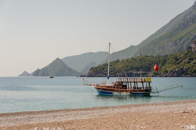 Um barco atracado perto da costa do mar