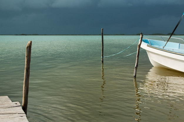 Um barco na água