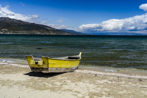Um barco na margem do lago ohrid