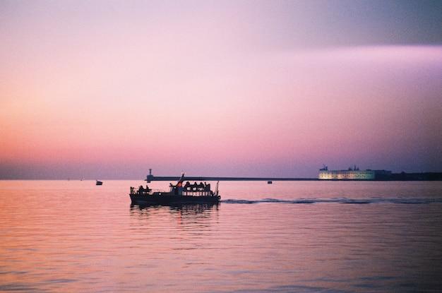Um barco no mar ao pôr do sol à noite em sebastopol
