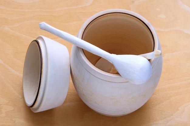 Um barril de mel com colher