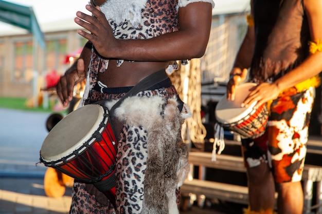 Um baterista africano toca o djembe. instrumento musical tradicional.