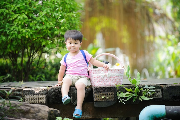 Um bebê criança fazendo um piquenique no parque ensolarado