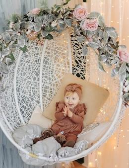 Um bebê feliz brincando