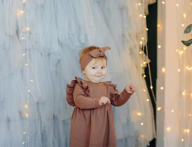Um bebê feliz posando