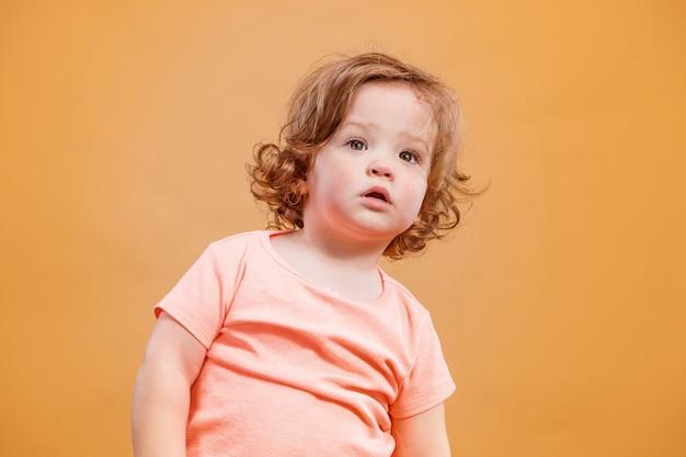 Um bebê fofo na laranja