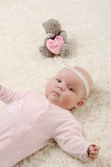 Um bebê jovem e bonito de rosa