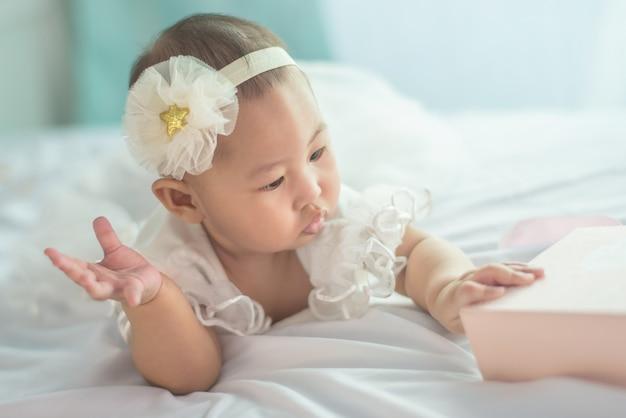 Um bebé no fundamento branco em casa.