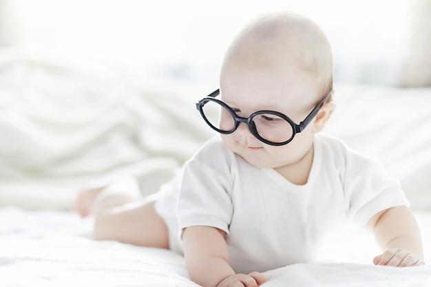 Um bebê recém-nascido está deitado em uma cama macia. educação das emoções das crianças.