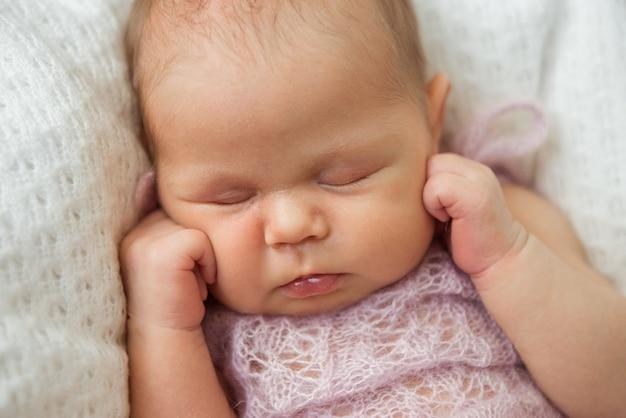 Um bebê recém-nascido fofo está dormindo. foco seletivo, close-up