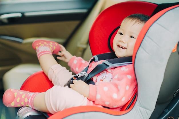 Um bebê sente-se no assento do carro por segurança